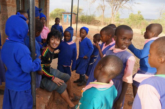 ケニアの小学校を訪問する西﨑代表