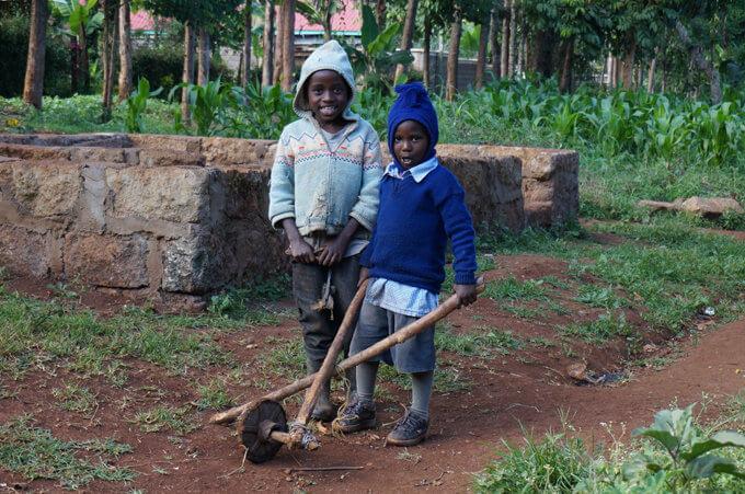 貧しい村に住む子どもたち